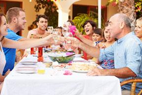 Los Hispanos Celebran El Verano Con Diversión, Comida Y Familia